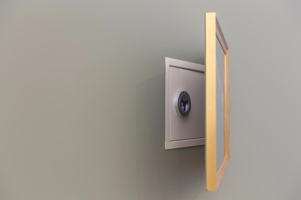 Der Tresor wird unsichtbar, wenn man ein schönes Bild darüber hängt. (Bild: © mariakraynova - shutterstock.com)