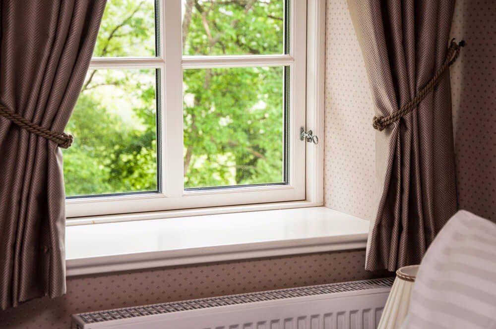 So wichtig der dekorative Charakter von Vorhängen ist, sollte ihr funktioneller Einsatz beim Kauf nicht übersehen werden. (Bild: © alexkatkov - shutterstock.com)