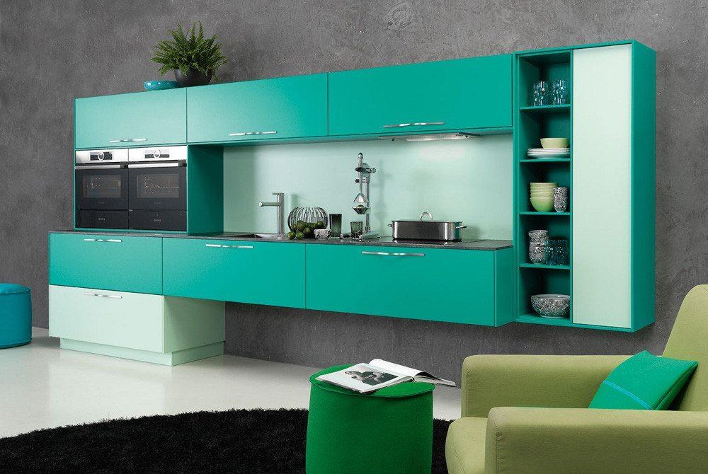 Modell cambia: In dieser offenen Wohnküche im jungen frischen Design schafft die massgefertigte Wohnwand mit der raffiniert eingesetzten Akzentfarbe Smaragd einen flotten Übergang in den Wohnbereich. (Bild: rational einbauküchen)