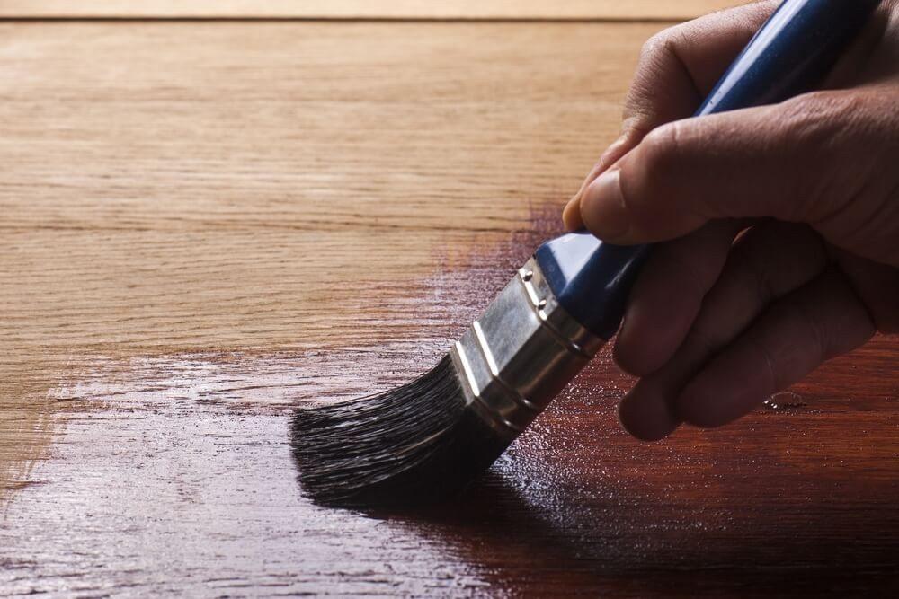 Nur mittels Lack können Poren von Massivholzmöbeln komplett verschlossen werden. (Bild: © Carlos andre Santos - shutterstock.com)