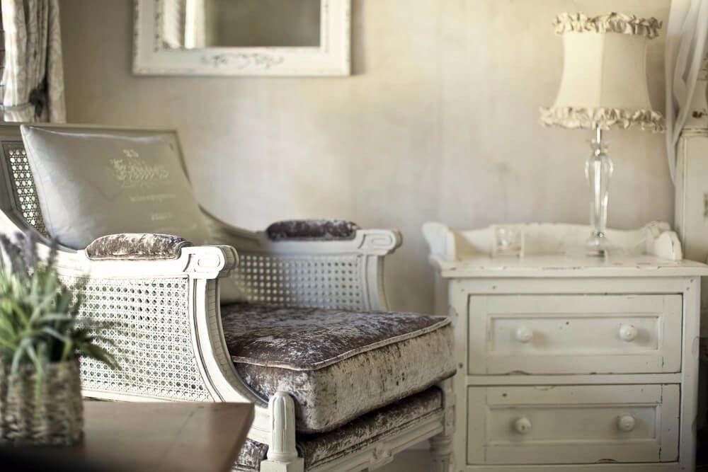 Wohnungen im Shabby Chic sind immernoch im Trend. (Bild: © brodtcast - shutterstock.com)