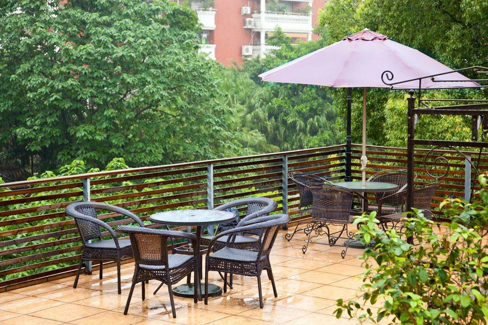 Balkon und Terrasse können zu regelrechten Outdoor-Oasen werden. (Bild: rodho – Shutterstock.com)