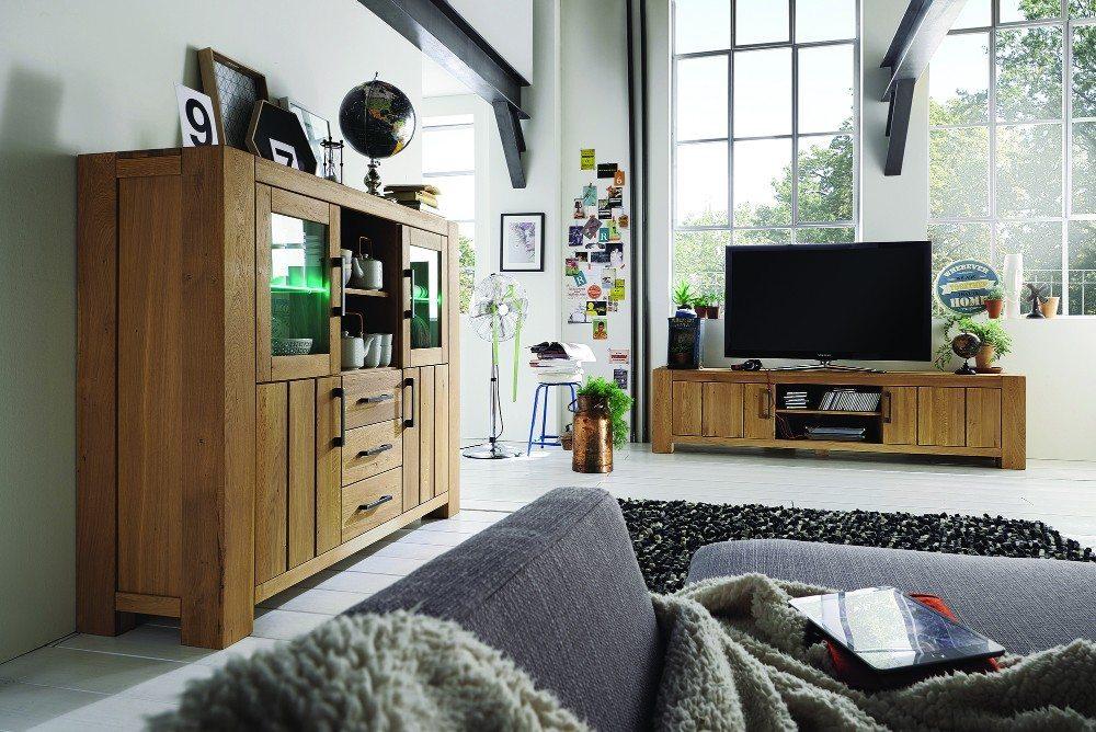 Ein natürliches Wohnumfeld lässt sich im Wohnzimmer mit zahlreichen Massivholzmöbeln kreieren. (Bild: © allnatura.ch)