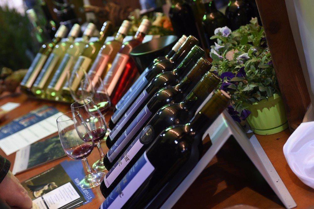 Für Weinfreunde sind feine Tropfen aus aller Welt zum Degustieren und Bestellen bereit.