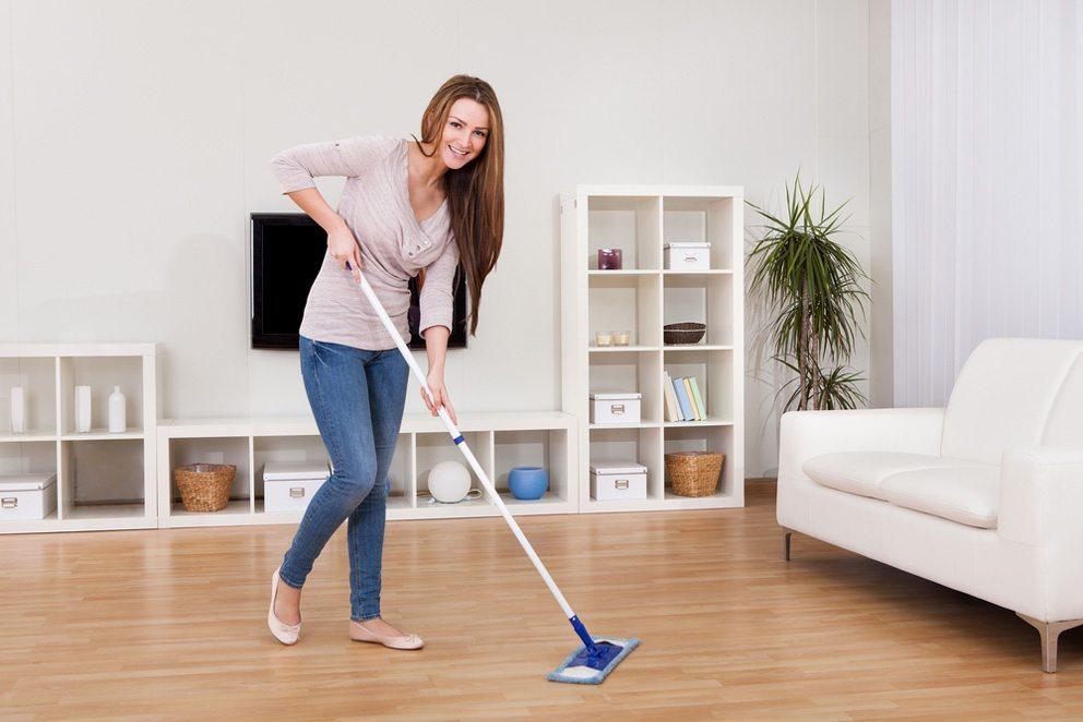 Generell gilt immer, von hinten nach vorne und von oben nach unten zu putzen. (Bild: Andrey_Popov – Shutterstock.com)