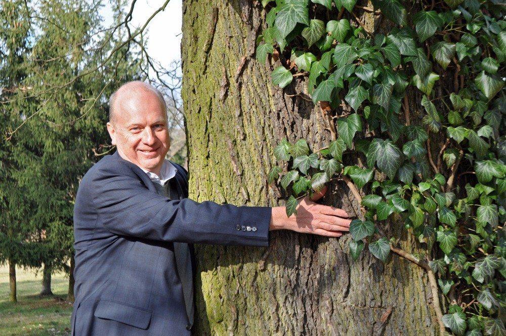 Kurt-Georg Pfleiderer, Geschäftsführer NATUREHOME, umarmt seinen Lieblingsbaum im Babelsberg-Park (Potsdam). (Bild: © NATUREHOME GmbH)