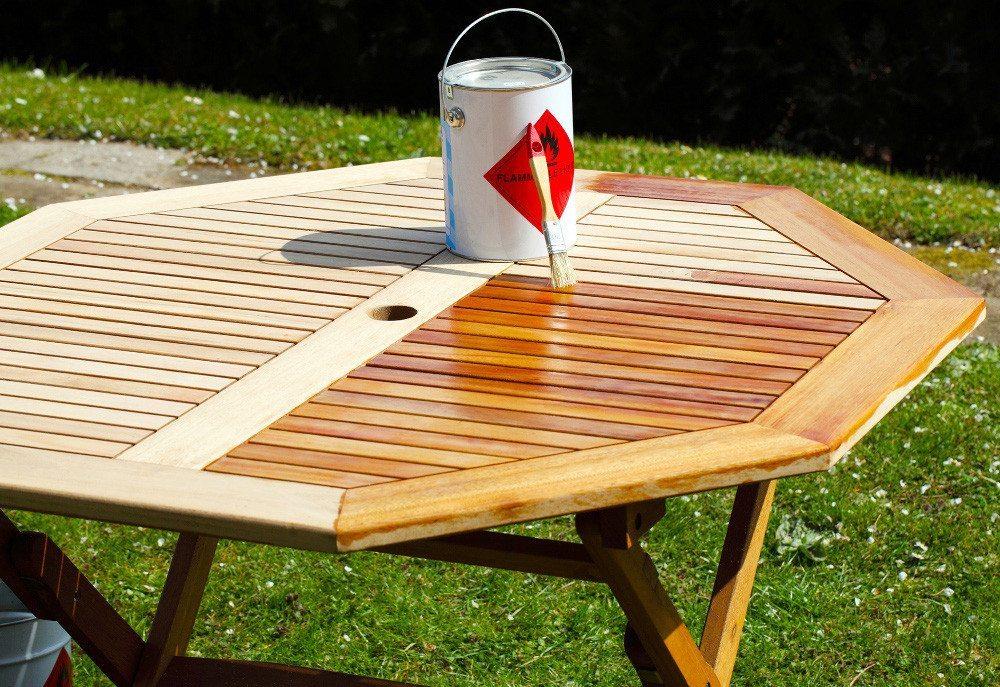 Ein Gartentisch erhält neuen Glanz dank frischem Anstrich. (Bild: VDM)