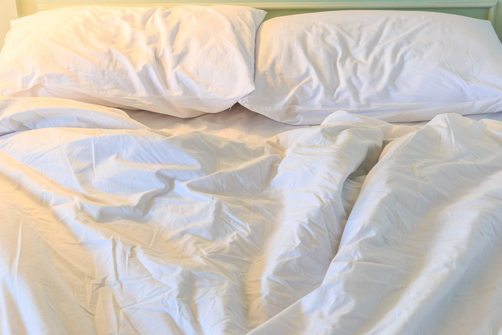 Im Sommer soll die Bettwäsche atmungsaktiv sein. (Bild: apiguide – Shutterstock.com)