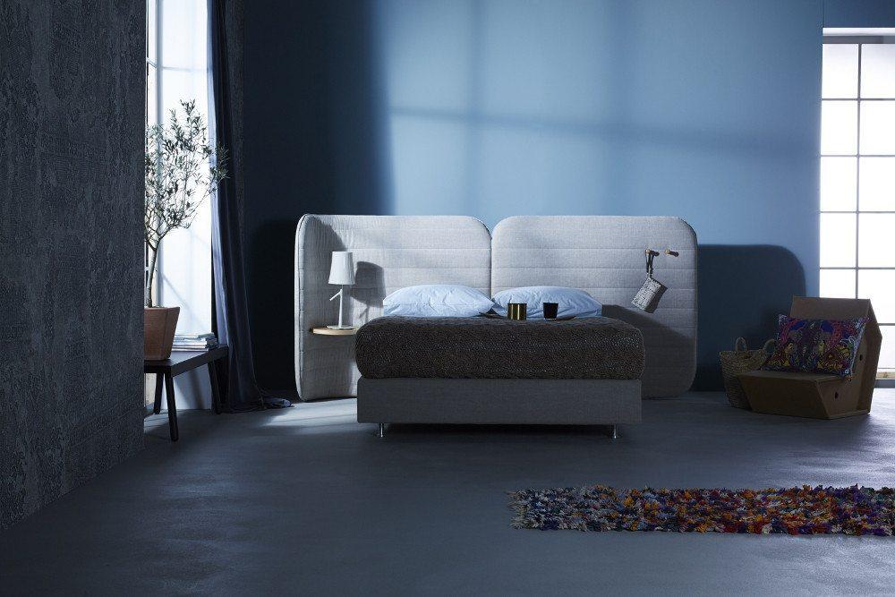 Sanftes Blau wirkt entspannend und sorgt für eine gute Nachtruhe. (Bild: VDM/Schramm Werkstätten)