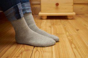 Holzboden und Socken-Himchenko.E-Shutterstock.com_430590286_verwendet