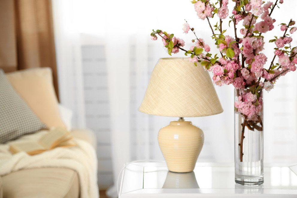Blumen bringen Frische in die eigenen vier Wänden. (Bild: Africa Studio -Shutterstock.com)