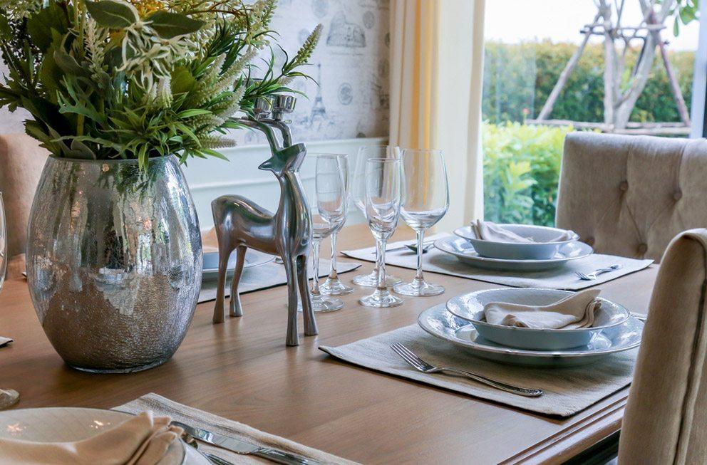 Der Esstisch sollte das Auge nicht weniger erfreuen als den Gaumen. (Bild: WHYFRAME – Shutterstock.com)