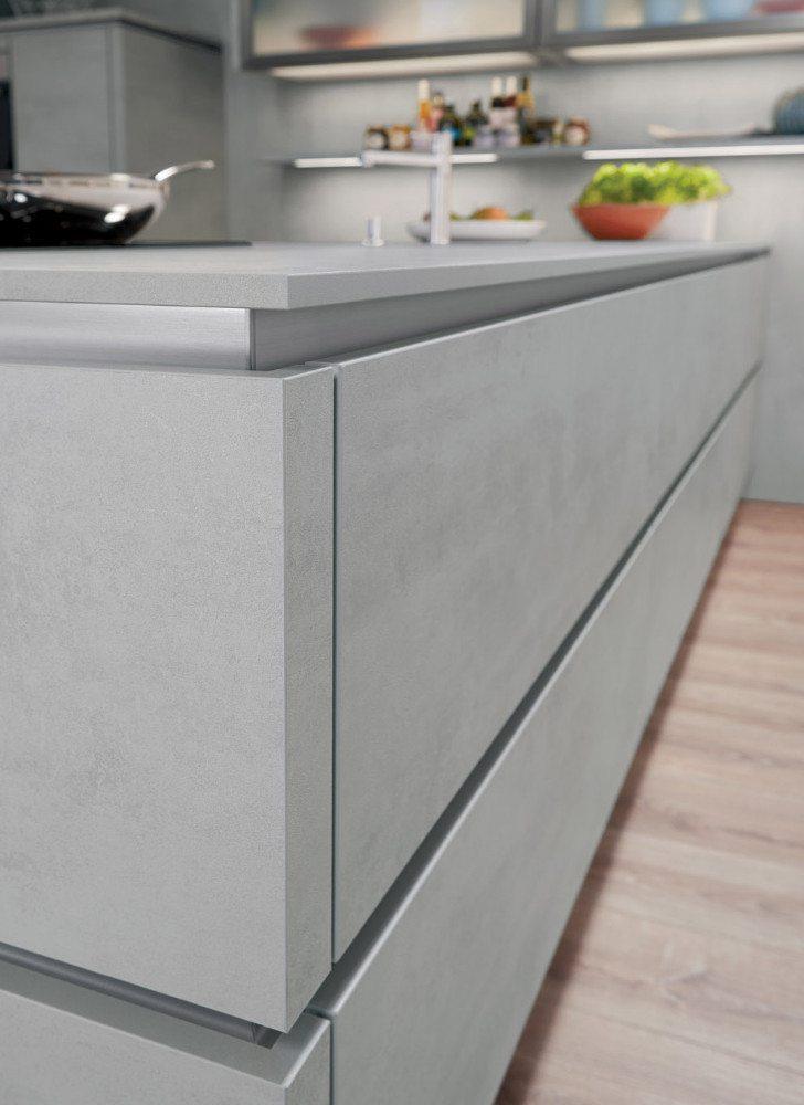 Pflegeleichte Schichtstoff-Arbeitsfläche in trendstarker Beton-Optik, elegant dekorgleich kombiniert von den Fronten bis zum Küchensockel. (Bild: AMK)