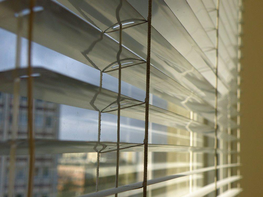 Jalousien sind eine wirksame Barriere gegen übermässige Sonneneinstrahlung. (Bild: © livingpress.de)