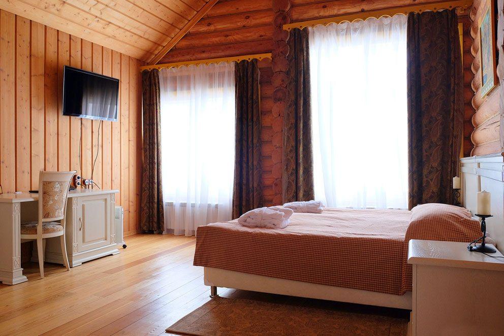 Beim Kauf des Vorhangs für die Einrichtung im Landhausstil ist auf eine ebenso natürliche Farbwahl zu achten. (Bild: Vereshchagin Dmitry – Shutterstock.com)