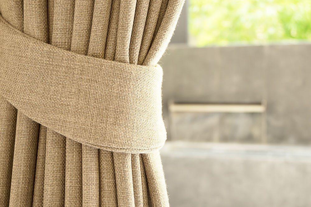 Vorhänge sind absoluter Wohlfühlfaktor. (Bild:  jarabee123 – Shutterstock.com)