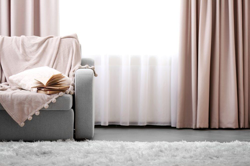 Gardinen sind einer Vielzahl an Einflüssen ausgesetzt und auf eine abgestimmte Wäsche und Pflege angewiesen. (Bild: © Africa Studio - shutterstock.com)