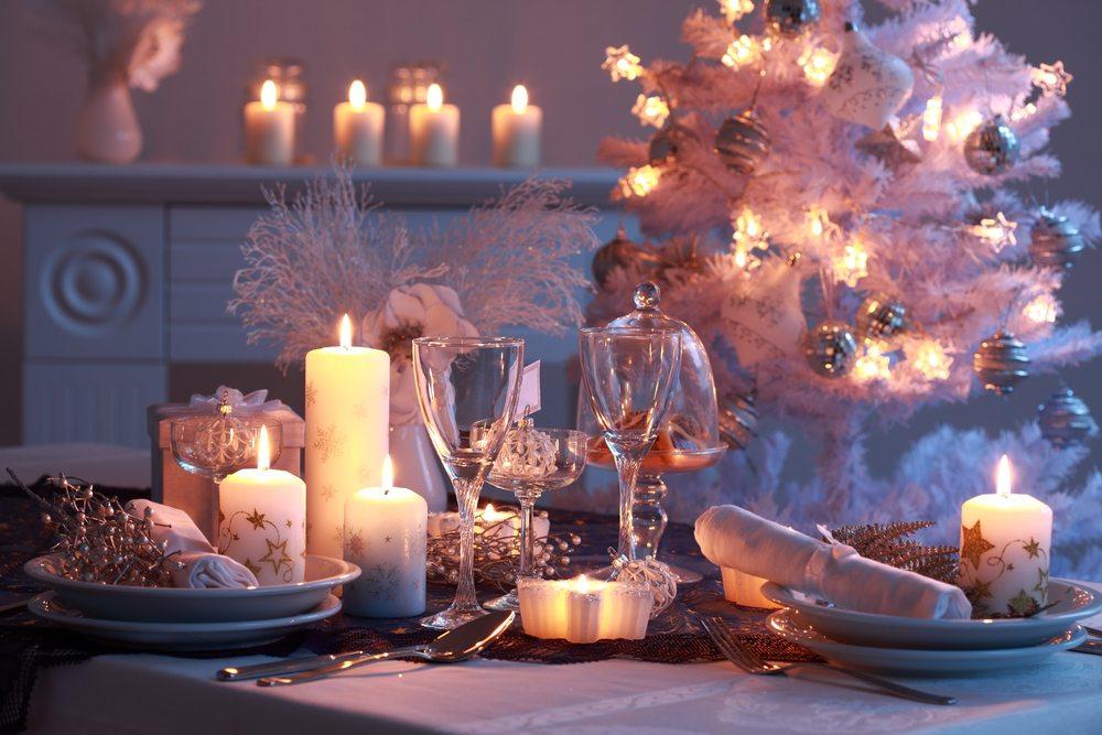 Der weihnachtliche Tisch wird mit viel Sorgfalt und Liebe zum Detail dekoriert. (Bild: Ingrid Balabanova – Shutterstock.com)