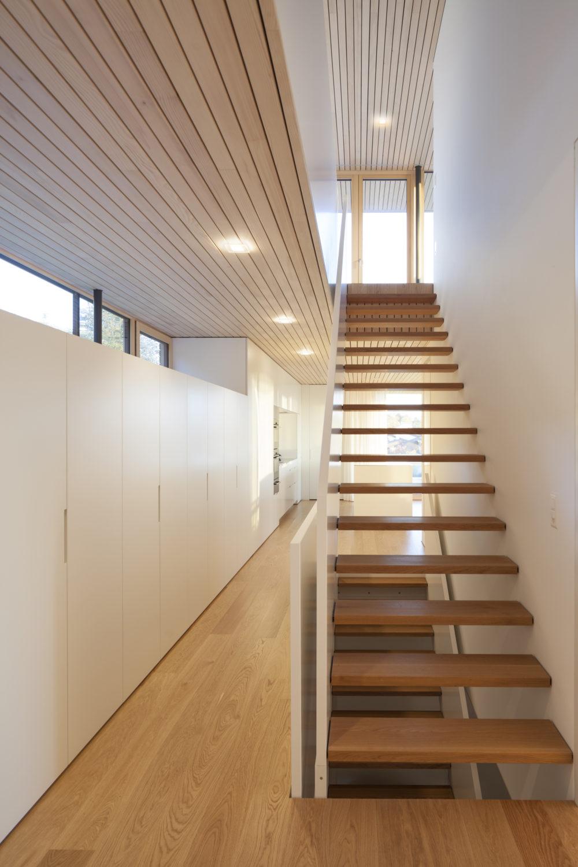 Aufgrund seiner Transparenz ist das Modul Q 36 in der Struktur der Holzdecke kaum wahrnehmbar. (Bild: Boerje Müller Photography)
