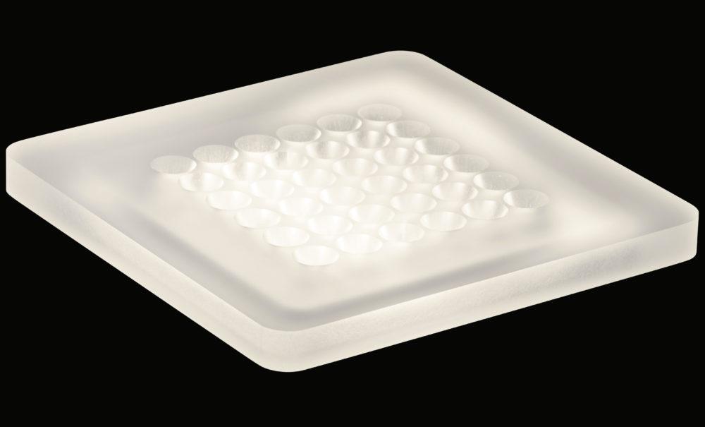 Aus transluzentem Acrylglas gefertigt, bieten sich die quadratischen Deckenleuchten der Modul Q-Serie zur effizienten und flächigen Allgemeinbeleuchtung für Wohn- und Arbeitsbereiche an. (Bild: Frank Ockert)