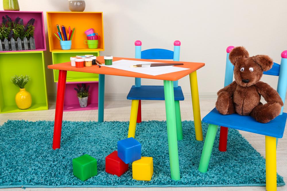 Möbel aus Holz sind für Kinder eine gute Wahl. (Bild: Africa Studio - shutterstock.com)