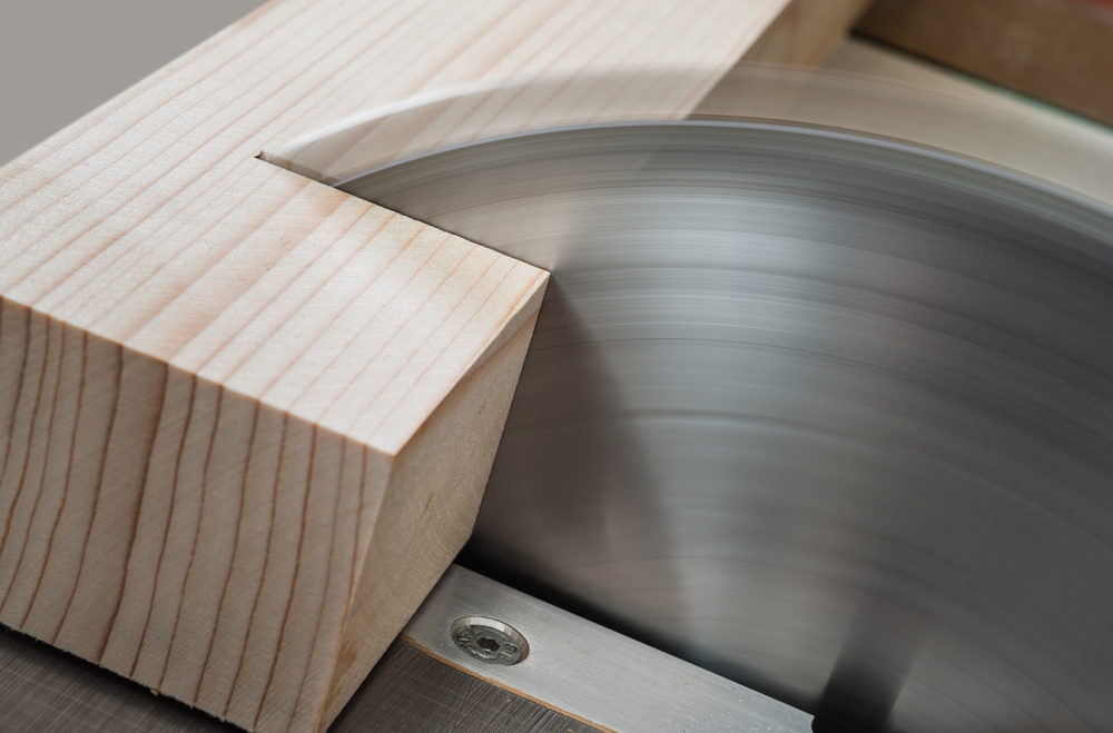 Tischlerarbeiten mit einer Tischkreissäge ausführen (Bild: Fotokostic - shutterstock.com)