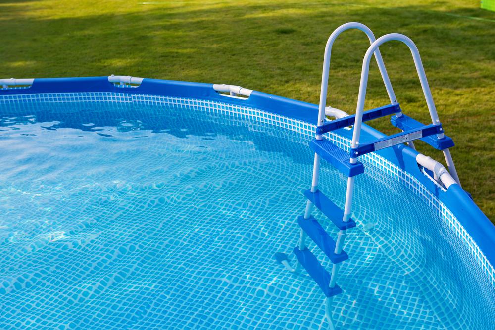 Gezielt gegen Algenbildung im Pool (Bild: Monika Olszewska  -shutterstock.com)