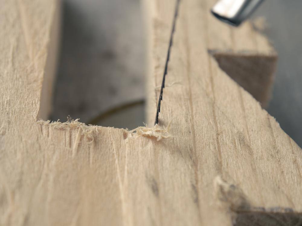 Arbeiten mit einer Dekupiersäge (Bild: Andreas Berheide - shutterstock.com)