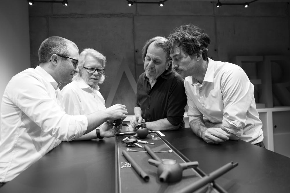 Die Lichtspezialisten an einem Tisch: Das Favo Entwicklungsteam besteht aus Sven und Ulrich Sattler sowie Jürgen Gaiser und Alexander Rybol von blocher partners (von links) nach rechts). (Bild: Pete Parker Photography)