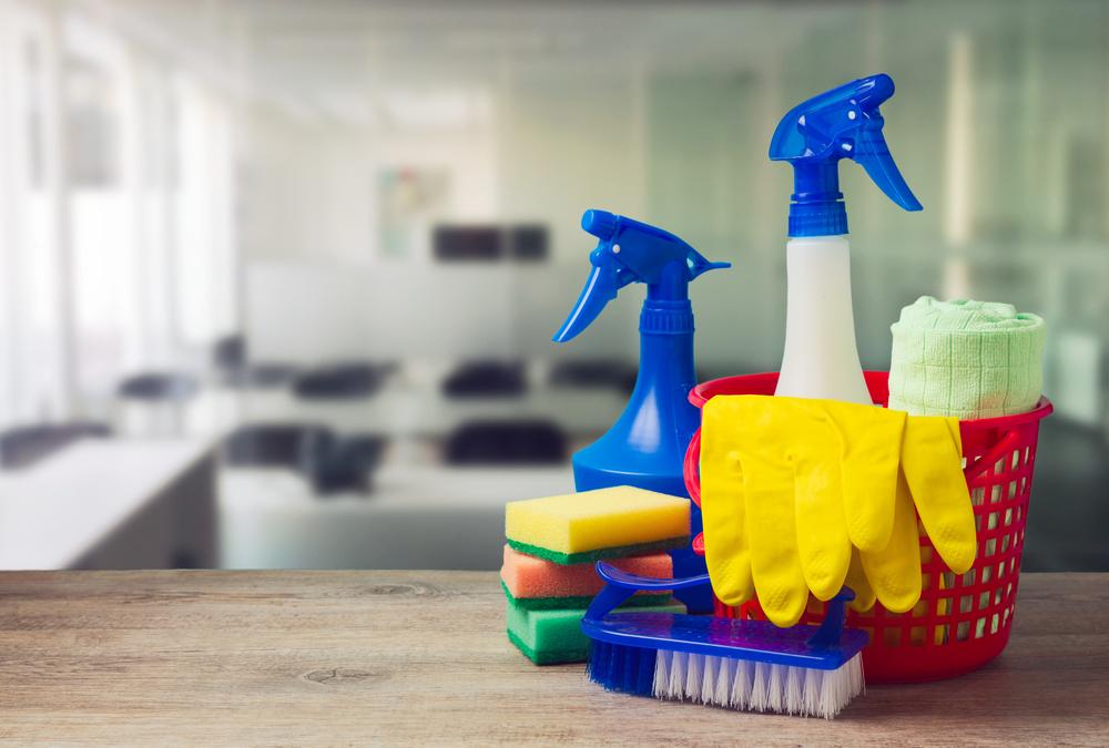 Für die Büroreinigung auf professionelle Hilfe setzen (Bild: Maglara - shutterstock.com)