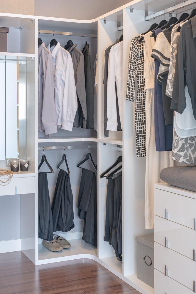 Ein Ankleidezimmer ist sehr praktisch. (Bild: All About Space – shutterstock.com)