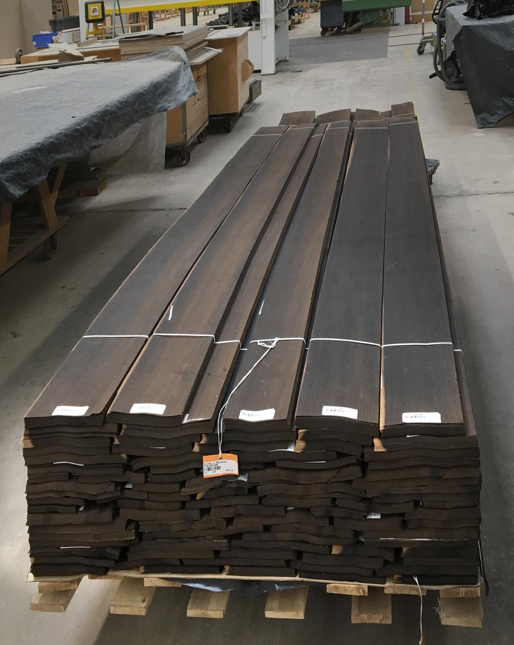 Die für diese Schreibtischoberflächen verwendete Räuchereiche stammt vom Holz der europäischen Eiche, das durch Dämpfen mit ammoniakhaltigen Substanzen eine dunklere Farbe erhält. (Bild: Wilhelm Renz GmbH + Co. KG)