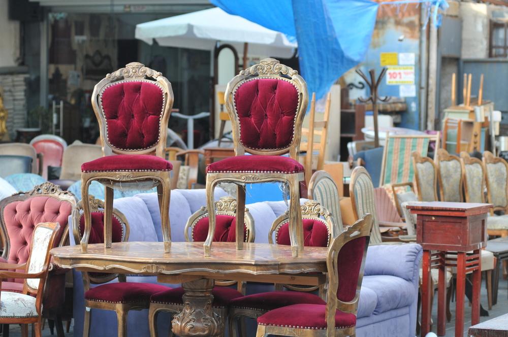 Alte Möbel auf dem Flohmarkt