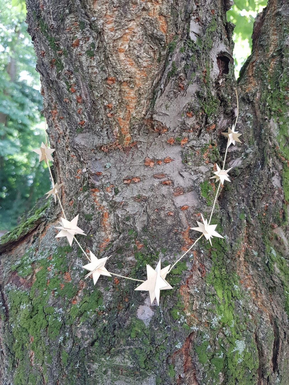 Feierliche Sternengirlande aus Ahorn-Furnier