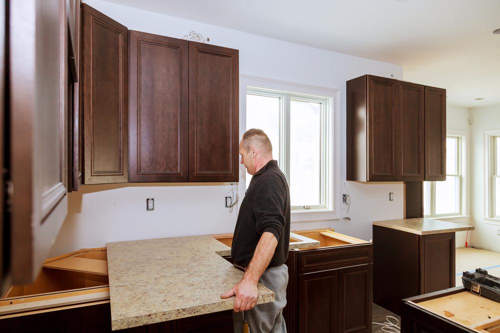 Handwerker hält eine eckige Küchenarbeitsplatte