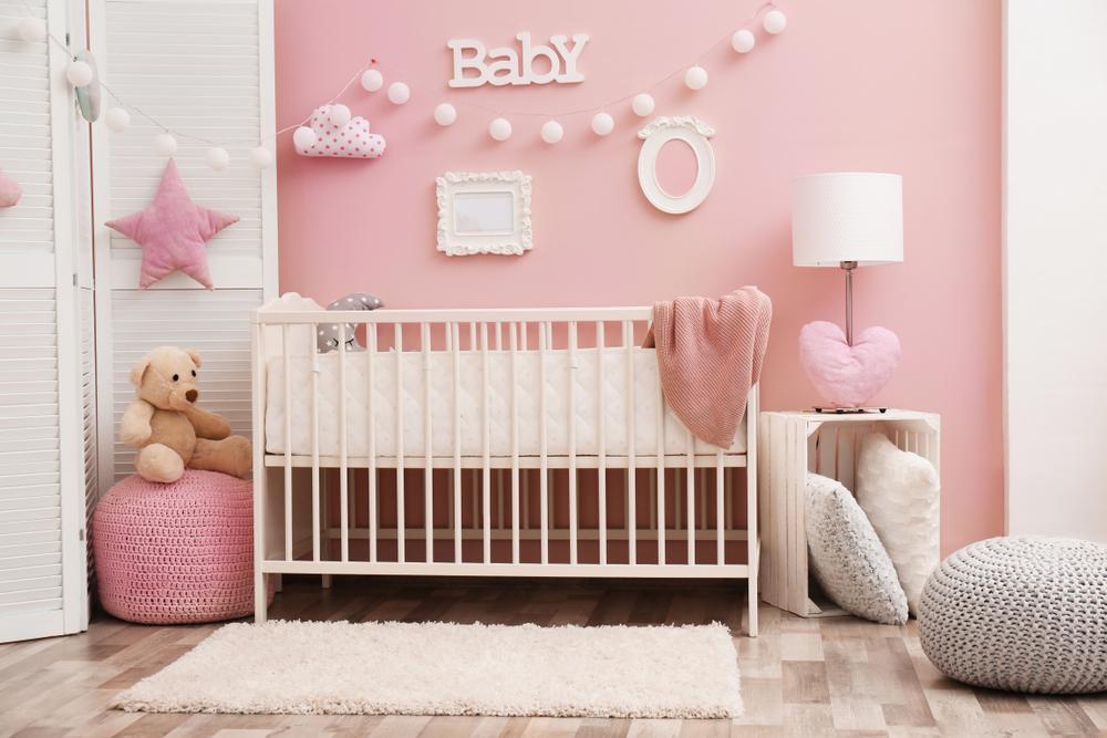 Schönes Interieur des Babyzimmers mit Kinderbett