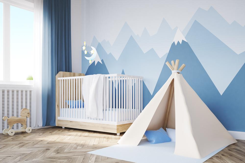 Babyzimmer mit blauen Bergen an der Wand