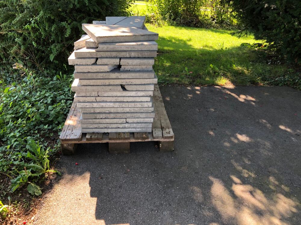Beschädigte Betonplatten, angeliefert von Hornbach.ch