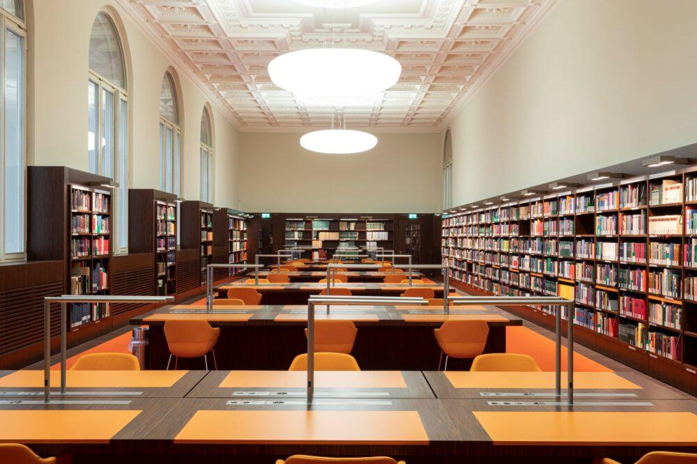 Handschriftliche Noten von Bach, Mozart und Beethoven lassen sich im Musiksaal der Staatsbibliothek auf feinen furnierten Tischen gerne studieren.